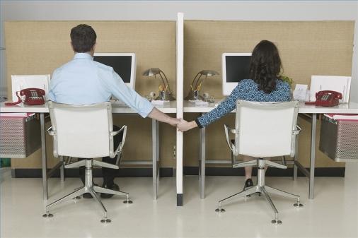 Relación sentimental o 'aventura' entre compañeros no es asunto del empleador