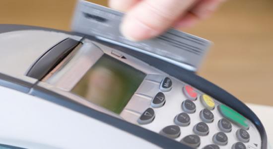 Retención a un cobrador de servicios si  como medio de pago se usa una tarjeta débito o crédito